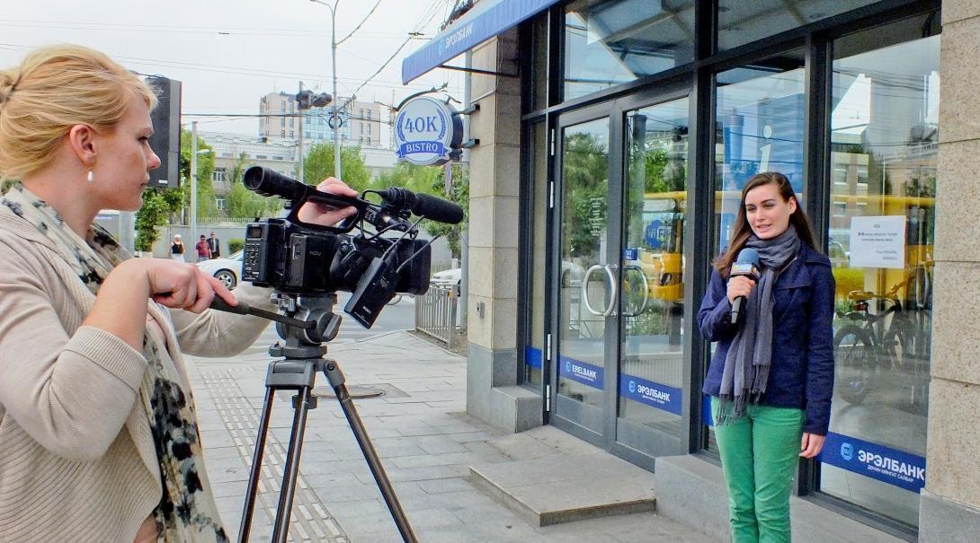 Pasantes en medios de comunicación en el extranjero aprendiendo a usar la cámara.